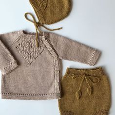 s e p e m p o r b a b y a lad herzklinge trikot Baby Cardigan, Cardigan Bebe, Baby Pullover, Baby Knitting Patterns, Knitting For Kids, Free Knitting, Knitting Projects, Pull Bebe, Knitted Baby Clothes