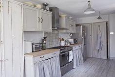 ♕ UK interior stylist Twig Hutchinson's summerhouse kitchen ~ influenced by her love of France