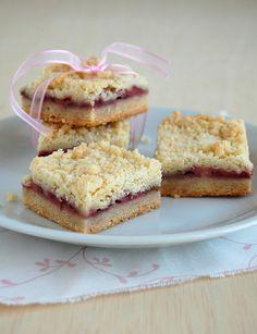 Strawberry crumble bars / Barrinhas de morango com cobertura de crumble by Patricia Scarpin, via Flickr
