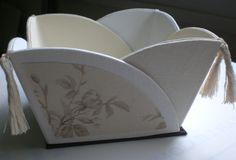 modèle de l'Oncle Pol (la thèière de Bois) - corbeille - tissu toile de Jouy - lin blanc et écru- pompons chinés.
