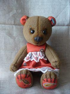 Медведь Маша сшита из флиса, набита песочком и синтепоном.