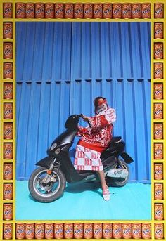 'Kesh Angels is a photo series that captures the vibrant street culture of Morocco and pays tribute to the biker culture of the young women of Marrakesh. Marrakesh, Andy Warhol, Girl Motorcyclist, Motorbikes Women, Photographie Indie, Pop Art, Bike Gang, James Rosenquist, Contemporary African Art