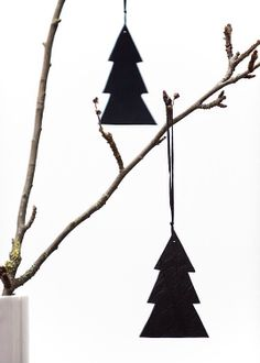 Xmas black and white: felt trees  | Xmas decoration . Weihnachtsdekoration . décoration noël | inspiration @ merchantdesign |