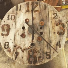 It's a loft clock making kind of time. Wooden Cable Spools, Wood Spool, Pallet Clock, Pallet Art, Rustic Wall Clocks, Wood Clocks, Spool Crafts, Big Clocks, Barn Wood