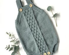 Winter Baby Clothes, Knitted Baby Clothes, Knitted Romper, Baby Bloomers, Baby Girl Romper, Easy Knitting Patterns, Baby Knitting Patterns Free Newborn, Knitting Ideas, Baby Jumpsuit