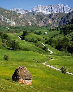 Road sceneries in Somiedo, Asturias, Spain Places Around The World, Travel Around The World, Around The Worlds, Wonderful Places, Beautiful Places, Asturias Spain, Places In Spain, Seen, Spain Travel