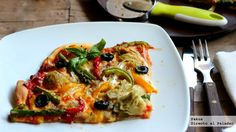 pizza de verduras:corazones de alcachofas en conserva, espárragos trigueros, pimientos rojo, amarillo y verde, cebolleta en crudo y rehogada, aceitunas negras, queso mozzarella, salsa de tomate frito, orégano, sal, pimienta y aceite de oliva virgen extra