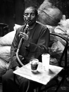 Man with shisha, Cairo, Egypt. Egyptian Women, Egyptian Art, Hookahs, City People, Arab Men, We Are The World, People Around The World, Old Pictures, Vintage Photos