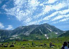 日本最高所に位置するホテルだけあり、登山をする人々しか見ることができなかった、剱岳・立山三山をはじめとする3,000メートル級の山々の雄大な光景を、ホテルやその周囲から気軽に望むことができるので、小さな子供からご年配の方々まで、多くの観光客が訪れています。