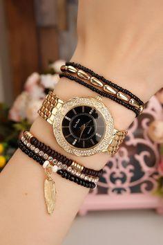 Sarı Kaplama Metal Kordonlu İç Detayı Siyah Bayan Saat ve Bileklik Kombini ile sizde farklı bir tarz ile tarzınızı yenileyin