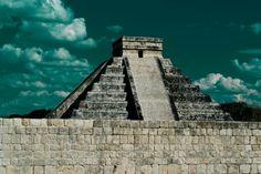 Piramide de kukulkan, o el Castillo como lo llamarón los europeos a su llegada. — en Chichen Itza Mexico.