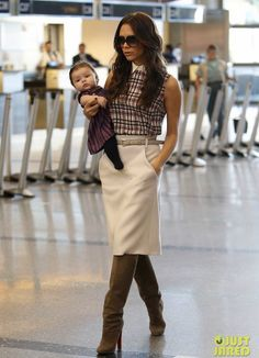 It is just too awesome how Victoria Beckham is travelling with her baby in this photo.