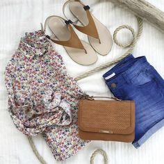 Look été 2016 : chemise fleurie + short en jean bleu + nu-pieds minimalistes : http://www.taaora.fr/blog/post/idee-look-chemise-imprimee-fleurs-short-denim-bleu-sandales-nu-pieds-bicolores-minimalistes