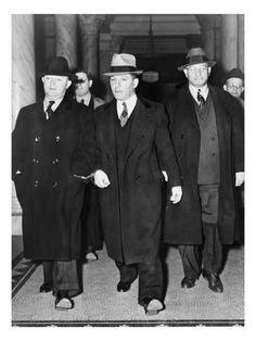"Louis ""Lepke"" Buchalter, center, handcuffed to J. Gangster Wedding, Gangster Party, 1920s Gangsters, Mafia Gangster, Mafia Families, Neutral, Life Of Crime, Al Capone, Bonnie N Clyde"
