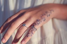 Hand tattoos love this design Side Hand Tattoos, Henna Tattoo Hand, Small Hand Tattoos, Wrist Tattoos For Women, Tattoos For Women Small, Tribal Hand Tattoos, Small Feminine Tattoos, Thumb Tattoos, Vine Tattoos