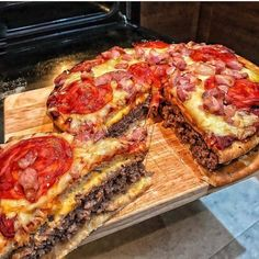 The pizza burger pie via recipes on January 31 2019 at I Love Food, Good Food, Yummy Food, Tasty, Pizza Cheeseburger, Hamburger Pizza, Junk Food Snacks, Pizza Burgers, Gourmet Burgers