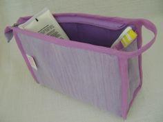 Nécessaire feita em tecido acetinado dublado e forrada com nylon.   Mede aproximadamente 21cm de largura, 13cm de altura e 7cm de profundidade. R$ 24,00