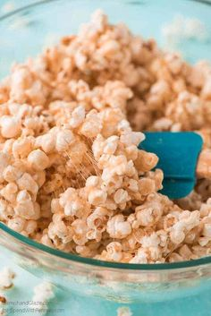 Caramel Marshmallow Popcorn - Spend With Pennies Have a movie night at home with the family and munch on this super tasty Caramel Marshmallow Popcorn that comes together in just 5 minutes. Recipes With Marshmallows, Popcorn Recipes, Snack Recipes, Dessert Recipes, Cooking Recipes, Marshmallow Recipes, Gf Recipes, Marshmallow Popcorn, Yummy Snacks