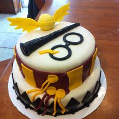 birthday cake-the-all-Harry Potter fans would-Moegen- pies pies recipes dekorieren rezepte Harry Potter Diy, Gateau Harry Potter, Harry Potter Sorting Hat, Harry Potter Birthday Cake, Harry Potter Cosplay, Harry Potter Theme, Harry Potter Pictures, Cupcakes, Cupcake Cakes