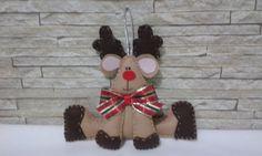 Rena natalina em feltro para pendurar na árvore ou porta, toda costurada à mão. R$ 14,90