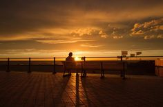 [Ostende] Souvenirs d'une belle journée pleine de clichés.... Cliché 3 : se promener sur la digue au soleil couchant après avoir dévoré une casserole de moules... Et puis j'ai songé à cet homme assis seul facr au soleil couchant... et l'amour qui me manque... nostalgie mélancolie solitude plénitude bien-être... #ostende #oostende #ostend #surladigue #sunset #sunsetlovers #visitostend #visitflanders #travel #belgium #igersbelgium #belgique #travelphotography #travelgram #instatravel…