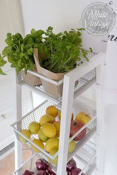 DIY instruction kitchen shelf for fruits and vegetables. I made a shelf for my kitchen using hare wire and a few wooden slats. Of course, this shelf can also be used for other spaces and purposes. This kitchen shelf is super easy and fast to make. Kitchen Shelves, Kitchen Items, Kitchen Decor, Modern American Kitchens, Küchen Design, House Design, Home Tools, Upcycled Home Decor, Wooden Slats