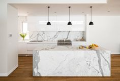 Carrara marble in the kitchen – design ideas for surfaces Grey Kitchen Cabinets, Kitchen Tops, White Cabinets, Kitchen Backsplash, Kitchen Countertops, Backsplash Ideas, Marble Countertops, Marble Benchtop, Black Counters