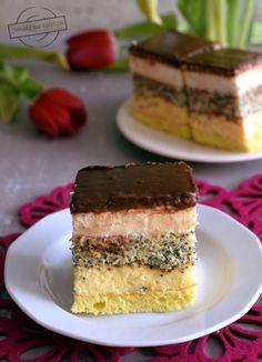 Choć to ciasto sprawia wrażenie złożonego przekładańca, jest bardzo proste do przygotowania. Fakt, pieczemy dwa