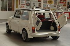 Pimped out cars will need the big wheels for sure to make the car really being pimped, but will the small and tiny classic Mini Cooper able to be pimped? Mini Cooper Classic, Classic Mini, Mini Cooper S, Classic Cars, Mini Clubman, Mini Countryman, Fiat 500, Retro Cars, Vintage Cars