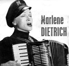 """Marlene Dietrich, 1901-92, deutsche Schauspielerin und Sängerin, die 1939 die US-amerikanische Staatsbürgerschaft annahm. Sie spielte in einer Szene im Film 'Witness for the Prosecution' von Billy Wilder von 1957, Akkordeon, als sie das Lied """"I May Never Go Home Anymore"""" singt. Carl Fortina war ihr Lehrer und der eigentliche Akkordeonspieler:  http://youtu.be/rfkdDjSYw_M Stichworte: #Accordion #Player #Music #Video #Film #Vintage #Song #Celebrity"""