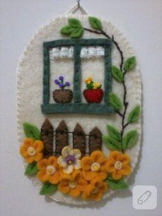 kumaş boyaları ile renklendirilmiş beyaz keçeden yapılmış süs ve kağıt rölyef çiçeklerden oluşan pek şık duvar süsleri 10marifet.org'da