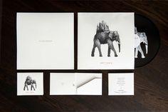 """D. Paul Valentiner hat, für seine Abschlussarbeit an der Hochschule RheinMain, Matt Klynes erste EP """"Lost Fable"""" visuell in Szene gesetzt. Das Leitbild des Art Works ist die Illustration eines Elefanten. Das Symbol für Stärke, Ehre, Stabilität und Geduld trägt auf dem Rücken ein ganzes Königreich, das spannende Zeiten verspricht. Und mit dem Einsatz einer [...]"""