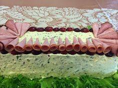 Liian hyvää: Kinkku-suolakurkku-voileipäkakku Tray, Cake, Desserts, Food, Tailgate Desserts, Deserts, Kuchen, Essen, Trays