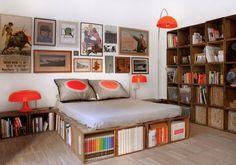La passione per gli oggetti di recupero dona un look vintage a questo loft fiorentino. Il look retrò della stanza è completato da lampade e stampe anni 60.