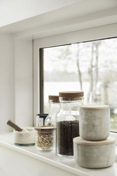 Give the kitchen a raw and industrial look with a concrete jar. It fits perfectly into the Nordic style, where the rough surface of the concrete contrasts finely with the light wood lid. Farmhouse Design, Farmhouse Style, Kitchen Items, Kitchen Decor, 2017 Inspiration, Industrial, Wood Cutting Boards, Home Trends, Jar Storage