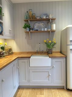 10 Tips on How to Build the Ultimate Farmhouse Kitchen Design Ideas Country kitchen decor Small Cottage Kitchen, Rustic Kitchen, New Kitchen, Kitchen Ideas, Kitchen Grey, Kitchen Modern, Small Cottage Interiors, Small Country Kitchens, Kitchen Yellow
