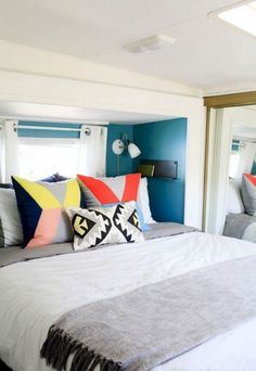 Camper Interior Remodel DIY Travel Trailers – Just about all travel trailers utilize wood veneer. This will go quite a way to giving your family camper a whole new appearance. It's well-known that RVs aren't known for their stylish interiors. Tiny House Living, Rv Living, Mobile Living, Glamping, Rv Camping, Camping Hacks, Camping Checklist, Travel Trailer Remodel, Travel Trailers