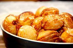 Opskriften på de bedste og luftige æbleskiver. Æbleskiverne bages med både natron og bagepulver, og dejen er selvfølgelig med kærnemælk. Til disse luftige æbleskiver skal du bruge: 250 gram hvedemel 3 teskefulde vaniljesukker 1 teskefuld kardemomme 1 teskefuld natron 1 teskefuld