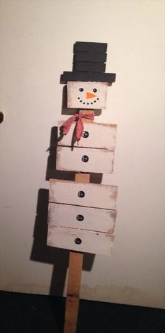 DIY Wooden pallet snowman Ideas with the welcome sign hanging at the entry door of your home will be another wise decision you can go for. Pallet snowman with hook varieties can be dangle on the wall to provide a safe home to your keys.