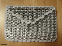 Purse made of soda tabs. Soda Tab Crafts, Can Tab Crafts, Aluminum Can Crafts, Pop Top Crafts, Pop Tab Purse, Pop Tab Bracelet, Pop Can Tabs, Soda Tabs, Recycle Cans