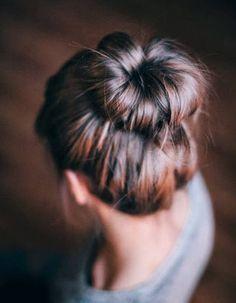 Comment on fait ? Quand nos cheveux n'en font qu'à leur tête, on se fait un bun imparfait.