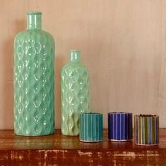 O Vaso Texture Wavy tem uma cor linda e um design envolvente. Peça que por si só já será destaque.  Material: cerâmica  Dimensões: 11x11x34cm  Produto importado