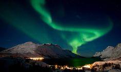 Una aurora boreal o polar se produce cuando una eyección de masa solar choca con los polos norte y sur de la magnetósfera terrestre, produciendo una luz difusa pero predominante proyectada en la ionósfera terrestre.