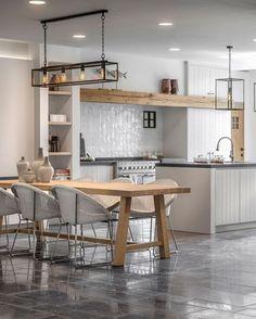 Lichte landelijke keuken prachtig gecombineerd met vloer van Belgisch hardsteen | Kersbergen.nl