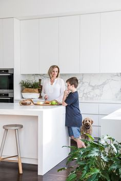 A landscape architect with three sporty sons had to make some tough decisions about her own garden in Melbourne – but the result seems to please just about everyone. Grey Kitchen Designs, Modern Kitchen Design, Interior Design Kitchen, Open Plan Kitchen Living Room, Home Decor Kitchen, Home Kitchens, Handleless Kitchen, Melbourne, Home Room Design