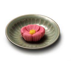 一月後半 『一花椿(ひとはなつばき)』 椿は古来、油や染料として、日本人の生活に深く関わってきました。江戸時代には観賞用として庶民にも椿の人気が広まり、工芸品のデザインにも用いられ好まれました。 『一花椿』は、椿の花をかたどった、清楚でどこか凛(りん)とした気高さを漂わせたお菓子です。  羊羹製 白餡入  ■「小麦」を含む  初出年:明治45年(1912)  とらやの和菓子 季節のお菓子 -生菓子-|株式会社 虎屋