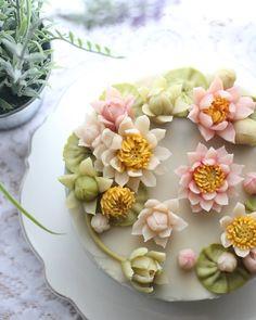 Lotus 연꽃, 작년 이맘때 강릉에서 연꽃 생각나서 연꽃으로^^ Bean paste flowers #대구플라워케이크 #대구앙금플라워 #대구앙금꽃배움반 #대구앙금플라워떡케이크 #플라워케이크 #flower #flowers #flowercake #작약 #beanpasteflower #atelierryeo #buttercreamflowercake #대구플라워케익 #캐논100d #글로벌플라워디자인협회 #버터크림플라워케이크 #앙금플라워떡케이크 #연꽃 #앙금레이스 #フラワーケーキ #花蛋糕 #대구앙금오브제 #아뜰리에려 #앙금도일리레이스 #buttercream #koreacake #koreaflowercake #버터크림케이크 #앙금오브제