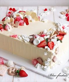 Cake with strawberries & wafers