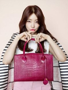 Photo of Yoon Eun Hye is lovely in pink with 'Samantha Thavasa's latest 'Croco' bag for fans of Yoon eun hye.