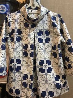 Batik Kebaya, Batik Dress, Batik Fashion, Fashion Sewing, Kurta Designs, Blouse Designs, Blouse Batik Modern, Batik Blazer, Kids Kurta